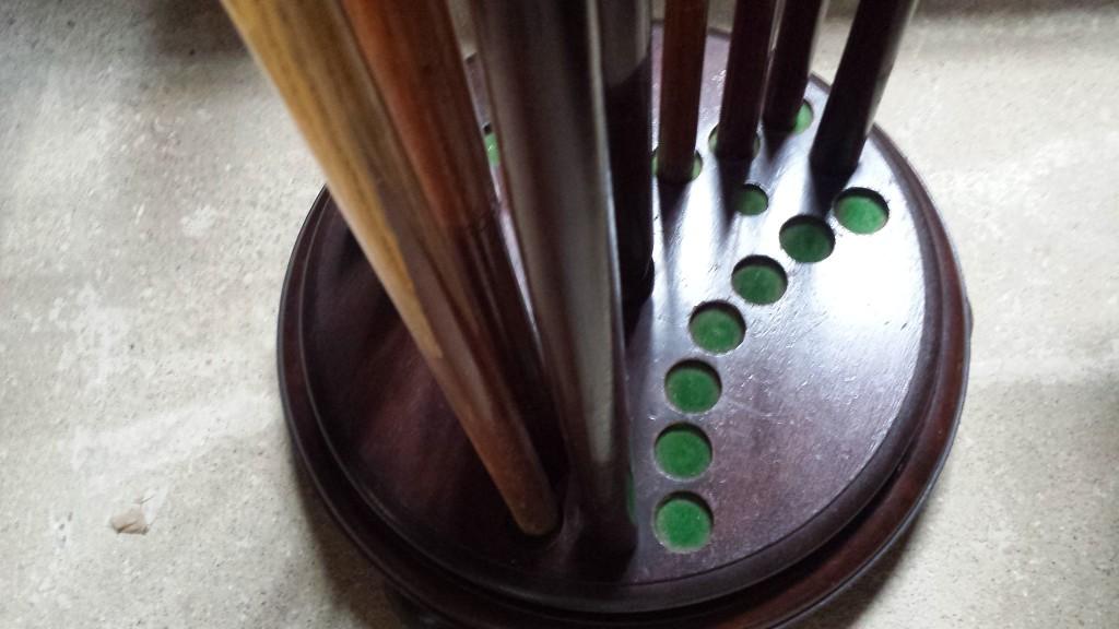 21 clip antique snooker cue stand