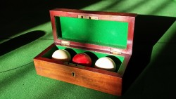 Set of 3 billiards balls in original box