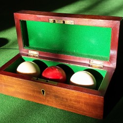 Set of 3 billiards balls in original box
